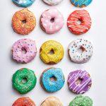 Le Creuset: Reënboog-doughnuts